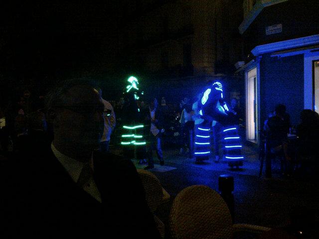Les Daft Punk font un spectacle de rue dans Cannes, l'industrie du disque va mal