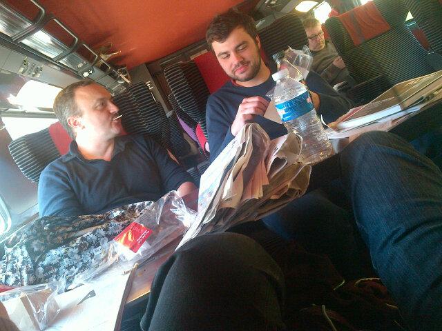 JB Morain, Romain Blondeau et Domi Besnehard qui checkent la liste du gouvernement