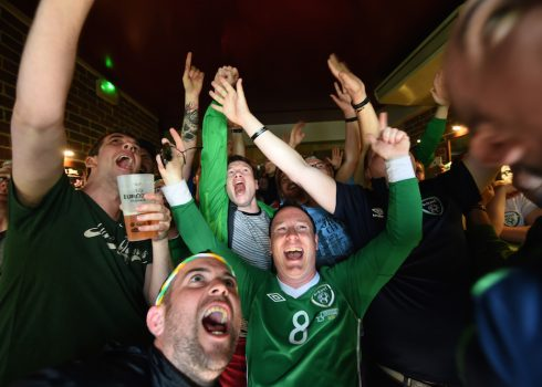 Supporters of the Republic of Ireland react as they watch on a pub's television the Euro 2016 group E football match between Italy and Sweden, on June 17, 2016 in Bordeaux. / AFP PHOTO / Mehdi FEDOUACH