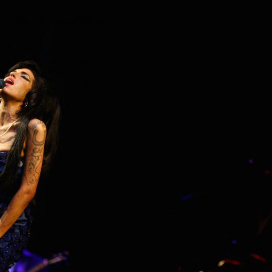 British singer Amy Winehouse performs at the Glastonbury Festival at Worthy Farm, in Glastonbury on June 28, 2008. AFP PHOTO/BEN STANSALL / AFP PHOTO / BEN STANSALL